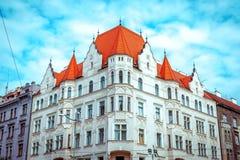 Взгляд красивого фасада исторического здания в Праге городской Стоковые Изображения