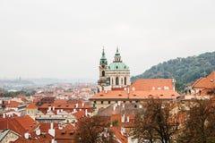 Взгляд красивой архитектуры в Праге и старом соборе St Nicholas в Праге в чехии стоковое изображение rf