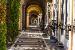 Взгляд красивых аркад или колоннад в кладбище Mirogoj в Загребе, Хорватии стоковая фотография rf