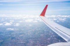 Взгляд красивых облаков и крыла самолета от окна, взгляда Стоковая Фотография RF