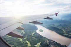Взгляд красивых облаков и крыла самолета от окна, взгляда Стоковые Изображения RF