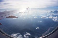 Взгляд красивых облаков и крыла самолета от окна, взгляда Стоковое Фото