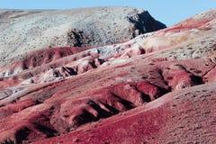 Взгляд красных гор и холмов, марсианского ландшафта Kyzyl-Chin стоковые фото