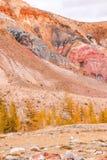 Взгляд красных гор и холмов, марсианского ландшафта Kyzyl-Chin стоковые изображения