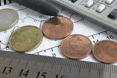 взгляд кредита конца карточки предпосылки финансовохозяйственный поднимающий вверх Стоковое фото RF