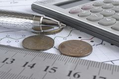 взгляд кредита конца карточки предпосылки финансовохозяйственный поднимающий вверх Стоковые Изображения
