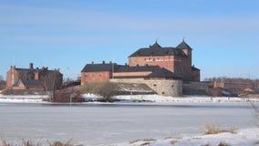 Взгляд крепости Hämeenlinna, день в марте Финляндия сток-видео