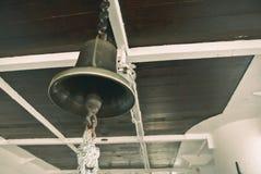 Взгляд крупного плана винтажного колокола военного корабля сделанного латуни и cei Стоковое Фото