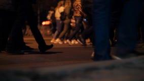 Взгляд крупного плана людей ног человека идя на толпить движение улицы акции видеоматериалы