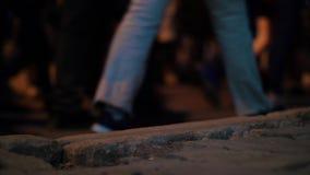 Взгляд крупного плана людей ног человека идя на толпить движение улицы сток-видео