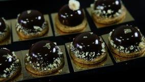 Взгляд крупного плана на малых круглых десертах шоколада акции видеоматериалы