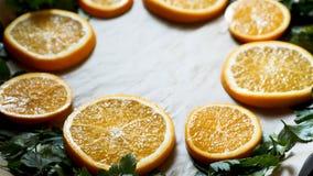 Взгляд крупного плана свежих кусков петрушки и апельсина на олове подноса выпечки для печи Стоковые Изображения RF
