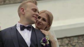 Взгляд крупного плана холит и невеста красивейшие пары как раз поженено сток-видео