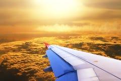 Взгляд крыла плоскости двигателя с облаком Стоковые Фотографии RF