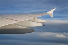 Взгляд крыла самолета во время полета в полдень стоковая фотография rf