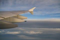 Взгляд крыла самолета во время полета в полдень стоковая фотография