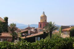 Взгляд крыть черепицей черепицей крыш и колокольни церков St Tropez Исторические улицы St Tropez тонуть в растительности стоковое изображение