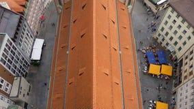 Взгляд крыши смотря вниз на квадрате с ресторанами и людьми стоковая фотография rf