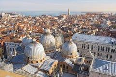 Взгляд крыш Венеции от вершины колокольни Сан Marco в Венеции, Италии Стоковые Фото
