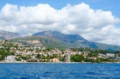 Взгляд курортного города Herceg Novi и конематки сильной стороны крепости от моря, Черногории Стоковое Изображение RF