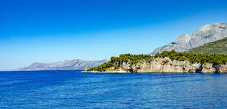 Взгляд курортного города Makarska на летний день, в Makarska Ривьера, Хорватия стоковые фотографии rf