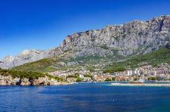 Взгляд курортного города Makarska на летний день, в Makarska Ривьера, Хорватия стоковые изображения