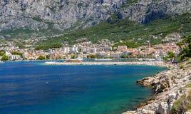 Взгляд курортного города Makarska на летний день, в Makarska Ривьера, Хорватия стоковые фото