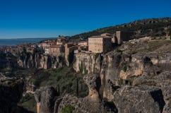 Взгляд к висеть расквартировывает ` colgadas Кас ` городка Cuenca старого Выдающий пример средневекового города, построенный на к Стоковые Изображения RF