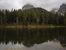 Взгляд к горам и озеру Стоковое Изображение