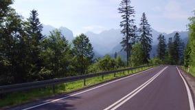 Взгляд к горам Tatra от curvy дороги автомобиля сток-видео