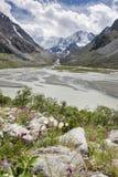 Взгляд к горе Beluha от долины в летнем дне, Алтай Akkem, России Стоковые Фотографии RF