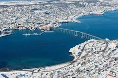 Взгляд к городу и мосту соединяя 2 части города Tromso, Норвегии стоковое изображение rf