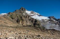 Взгляд к держателю Stolemberg с держателем пирамиды Винсент и ледником Bors на предпосылке Массив Monte Роза около Punta Indren A стоковое изображение