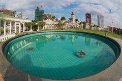 Взгляд к зданиям на квадрате независимости отразил в фонтане в Куалае-Лумпур, Малайзии стоковые фотографии rf