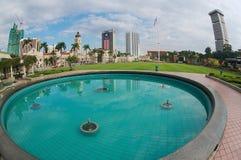 Взгляд к зданиям на квадрате независимости отразил в фонтане в Куалае-Лумпур, Малайзии стоковое фото rf
