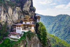Взгляд к известному виску гнезда тигров в Бутане стоковая фотография rf