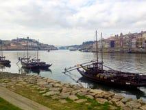 Взгляд к историческим району Ribeira и реке Дуэро в Порту Португалия стоковое изображение