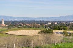 Взгляд к кампусу Стэнфорд и башне Hoover, Пало-Альто и Кремниевой долине от холмов блюда Стэнфорд; резервуар воды закрытый стоковая фотография rf