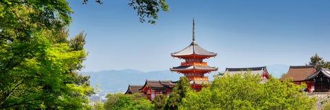 Взгляд к комплексу виска Kiyomizu-dera с пагодой в Киото, Японии стоковое изображение