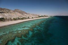 Взгляд к коралловому рифу и пляжу в заливе Eilat стоковая фотография