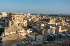 Взгляд к крышам городка Noto барочного от колокольни St Charle стоковая фотография rf