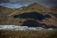 Взгляд к леднику Skaftafellsjokull с тенями огромных облаков внутри Стоковые Фото