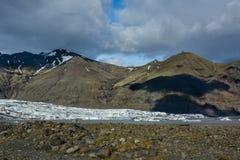 Взгляд к леднику Skaftafellsjokull с тенями огромных облаков Стоковые Изображения RF