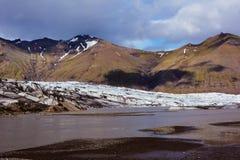 Взгляд к леднику Skaftafellsjokull с тенями огромных облаков, I Стоковые Фото
