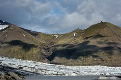 Взгляд к леднику Skaftafellsjokull с тенями огромных облаков, I Стоковое Фото