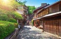 Взгляд к малой улице с деревом Сакуры в районе Higashiyama, Киото, Японии стоковое фото rf