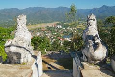 Взгляд к нашивке авиапорта и городку Mae Hong Son, Таиланда Стоковые Фото