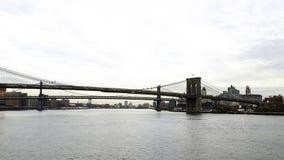 взгляд к Нью-Йорку с висячим мостом стоковое изображение