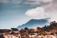 Взгляд к океану от Pico Ruivo на Мадейре, Португалии стоковые изображения