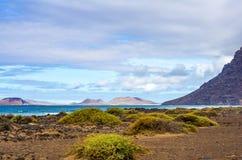 Взгляд к острову Ла Graciosa от Playa de Famara в северозападе Лансароте стоковое фото rf
